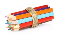 Crayons de couleur sur un fond blanc Photos stock