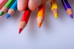 Crayons de couleur sur un fond blanc photo libre de droits