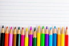 Crayons de couleur sur une feuille de papier Photographie stock