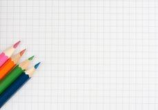 Crayons de couleur sur une page blanche Image stock