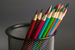 Crayons de crayon dans une cuvette de crayon Photographie stock libre de droits