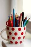 Crayons de crayon dans une tasse de point de polka Images stock