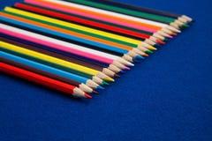 Crayons de crayon de couleur pour l'art et les métiers, ou éducation Image stock