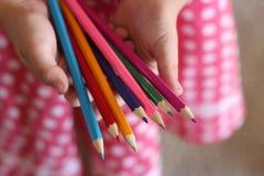 Crayons de fixation de fille photos libres de droits