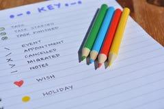 Crayons de journal et de couleur de balle photo stock