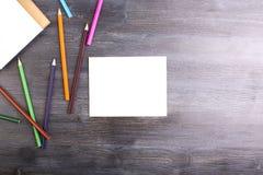 Crayons de papier et colorés Photos libres de droits