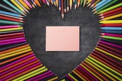 Crayons de papier et de couleur de note Photo libre de droits