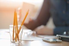 Crayons de plan rapproché sur le bureau Image stock