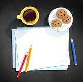 Crayons de tasse et de couleur de café s'étendant sur le papier Photos stock