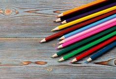 Crayons Dessin avec un crayon Apprentissage pour dessiner images stock