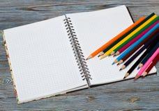 Crayons Dessin avec un crayon Apprentissage pour dessiner image stock