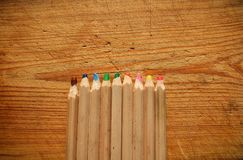 Crayons en bois multicolores larges sur le fond en bois Vue supérieure Photo libre de droits