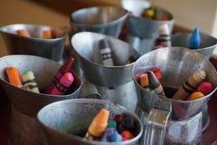 Crayons en mini bidons de lait photographie stock