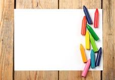Crayons en pastel d'huile se trouvant sur un papier Photo libre de droits