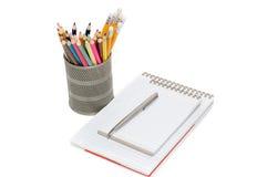Crayons et blocs-notes de couleur Photographie stock libre de droits