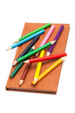 Crayons et cahier images stock