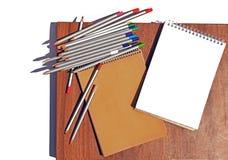 Crayons et carnets image libre de droits