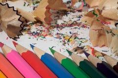 Crayons et copeaux Photo stock