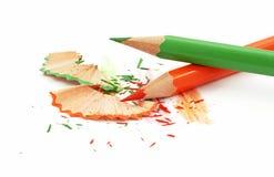 Crayons et copeaux colorés Image stock