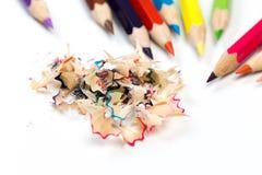 Crayons et copeaux colorés avec des crayons Affûteuse des crayons sur un fond blanc photo stock