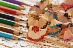 Crayons et copeaux colorés sur le vieux papier Photos libres de droits