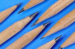 Crayons et fond bleu image stock
