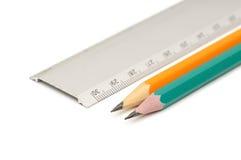 Crayons et grille de tabulation photographie stock libre de droits