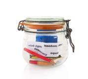 Crayons et livres dans le pot en verre Photos stock