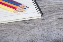 Crayons et note Photos stock