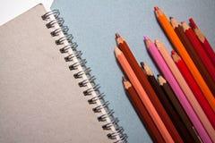 Crayons et papier d'art Images stock