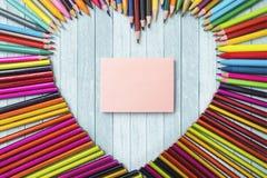Crayons et papier de note colorés Photos libres de droits