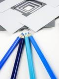 Crayons et papiers de note Images stock