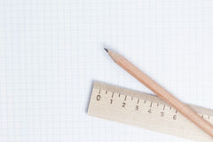 Crayons et règle à la page de carnet Photos stock