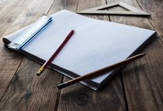Crayons et règle et papier Image libre de droits
