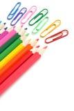 Crayons et trombones colorés, papeterie de bureau Image stock