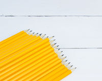 crayons jaunes de groupe sur le fond en bois blanc Photographie stock