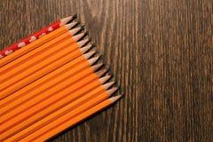 Crayons jaunes sur la table Images stock