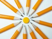 Crayons jaunes sur un fond blanc Image libre de droits