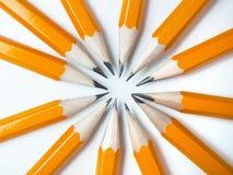 Crayons jaunes sur un fond blanc Photographie stock
