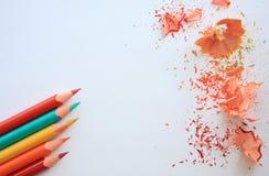 crayons L'horizontal de l'automne Crayons colorés sur le blanc Photos stock