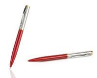 Crayons lecteurs brillants rouges et argentés sur le blanc Images stock