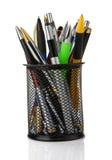 Crayons lecteurs colorés dans le support d'isolement sur le blanc Photo stock