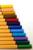 Crayons lecteurs colorés sur l'échelle Photographie stock libre de droits