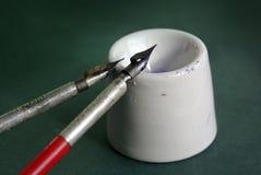 Crayons lecteurs de calligraphie de cru et bac d'encre Photo stock