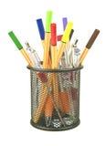 Crayons lecteurs et camelote de coloration dans le bureau rangé Photographie stock libre de droits