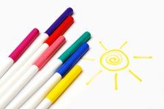 Crayons lecteurs et soleil feutres de couleur Image stock
