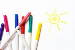 Crayons lecteurs et soleil feutres de couleur Photo libre de droits