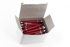 Crayons lecteurs rouges dans un cadre blanc Photo stock