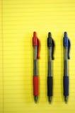Crayons lecteurs sur le bloc - notes Images stock