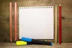 Crayons, marqueurs et une feuille de papier blanche Photos libres de droits
